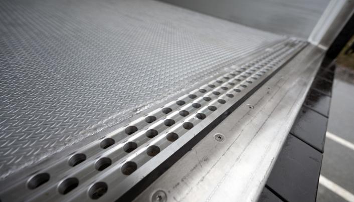 Bama Logistikk tar i bruk 30 nye Krone Cool Liner semitraller. Disse er utstyrt med renne i bakkant av hengeren og oppsamlingstank under.   Foto: Espen Braata