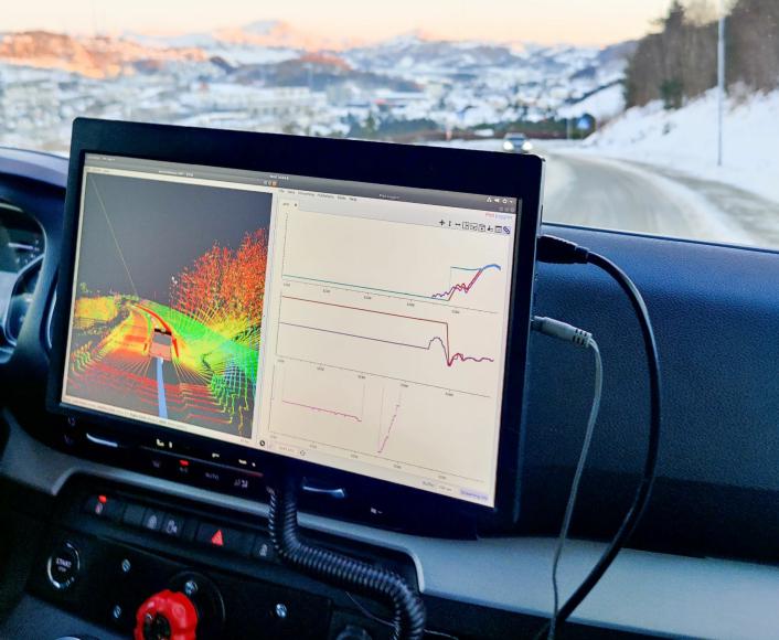 Skjermen inne i bilen formidler systemets status til sikkerhetsføreren. Bildet til venstre er skapt av flere LiDAR-sensorer, og gir føreren mulighet til å følge med på at systemet fungerer som det skal. Grafene til høyre beskriver hvilke kommandoer systemet sender til kjøretøyet, og hva kjøretøyet foretar seg.