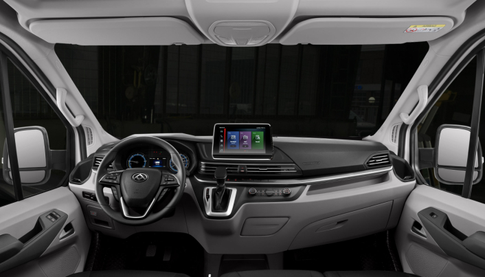 Interiøret er som man kan forvente i en elektrisk varebil i 2021.