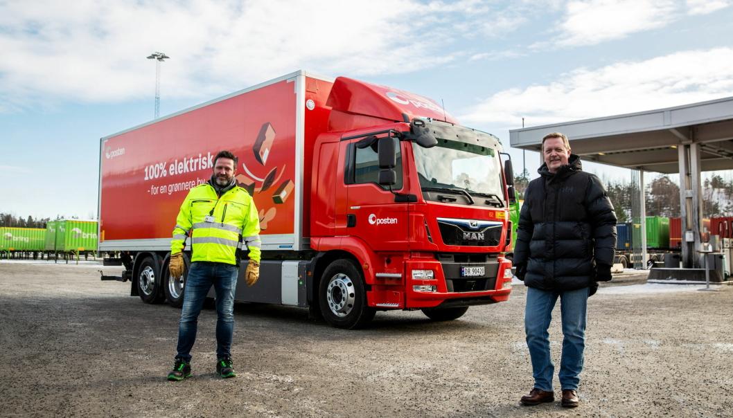 Fra venstre: Hans-Øyvind Ryen, konserndirektør for Nettverk Norge Posten og Lars B. Sand salgsdirektør for MAN Truck & Bus Norge.