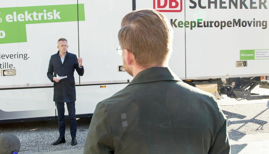 DB Schenkers administrerende direktør Knut Eriksmoen snakker, mens klima- og miljøminister Sveinung Rotevatn lytter under lanseringen av Grønt landtransportprogram sent i høst. Nå ber Eriksmoen ministeren ta grep for å gjøre det mer gunstig å investere i biogasskjøretøy.