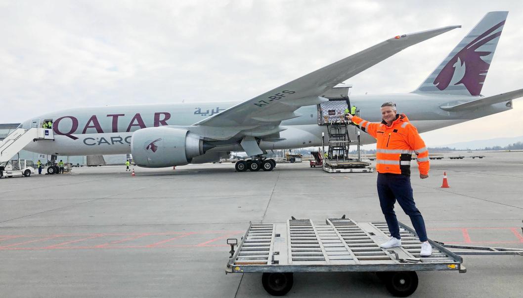 Cargodirektør i Avinor, Martin Langaas, kan glede seg over fortsatt vekst i sjømateksport med fly. Her med et fly fra den største aktøren på flyplassen, Qatar Cargo.