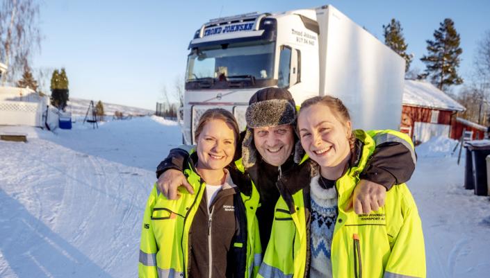 AMILIEBEDRIFT: Døtrene Anette (t.v.) og Trude har alltid jobbet sammen med pappa Trond Johnsen. Sammen har de fokusert på både kjørestil og tomgangskjøring. Det har bedret resultatene betydelig.