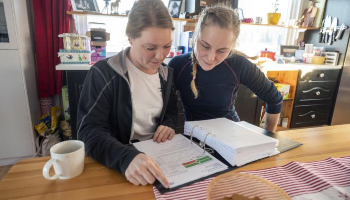 TALLENE: Hver måned kommer rapportene om forbruk og kjørestil fra Volmax. Anette (t.v.) og Trude Johnsen er nysgjerrige på hvem som kjører best.