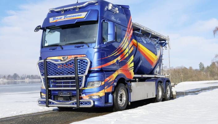 Til Sverige: Terje Tandberg Transport har valgt å eksportere nybilen til Sverige hvor de har fire biler gående i transport av eksplosiver.
