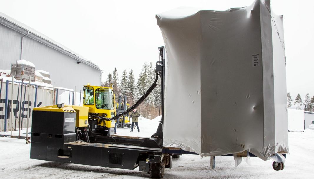 TUNGT: Husmodulene Bakke produserer veier opp mot ti tonn. Da trengs røslig utstyr.