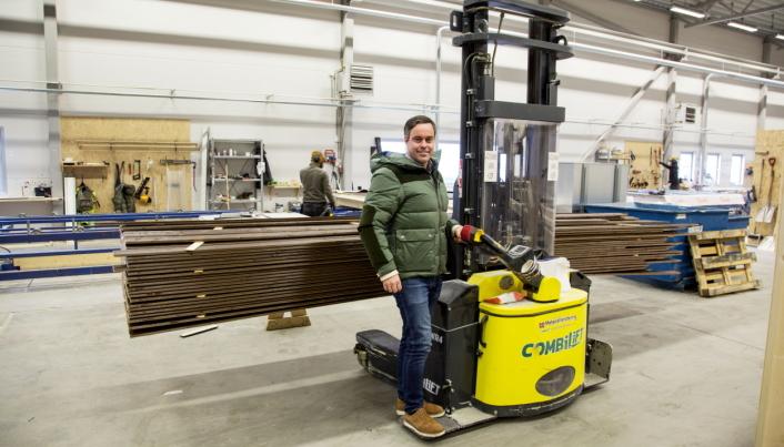 ELEGANT LØSNING: Inne i fabrikken bruker Bakke en Combilift WR4. Den kan frakte lange lass sidelengs og har påmontert spesialbygde ståplattformer på siden. Alt for å øker sikkerheten i produksjonen, forteller Jan Over Ekerhaugen hos Materialhåndtering.