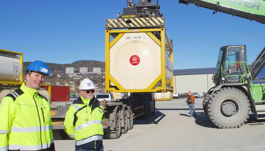 Assisterende havnedirektør Ivar Vannebo (til venstre) og salgssjef for «Air1 AdBlue®» i Yara, Edgar Borge, håper begge på mer forutsigbare betingelser for jernbanetransporten til og fra havna.