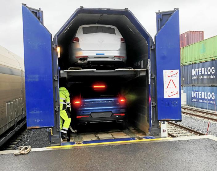 Mye av biltransporten fra Drammen Havn, Norges største importhavn for biler, skjer med tog, men havna ønsker muligheter til å også sende containere og semitrailere med tog fra Holmen.