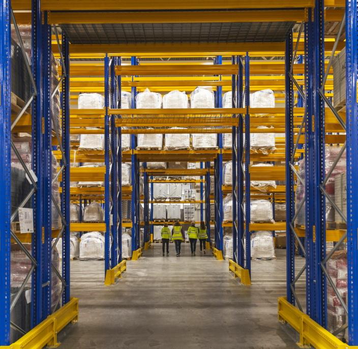 STOR PRODUKSJON: Med mer enn 300 000 tonn inn- eller utgående transporter årlig får også lageret på Sagstua anselige dimensjoner.