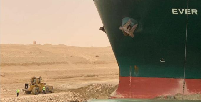 Det jobbes både til lands og til vanns for å få løs skipet.