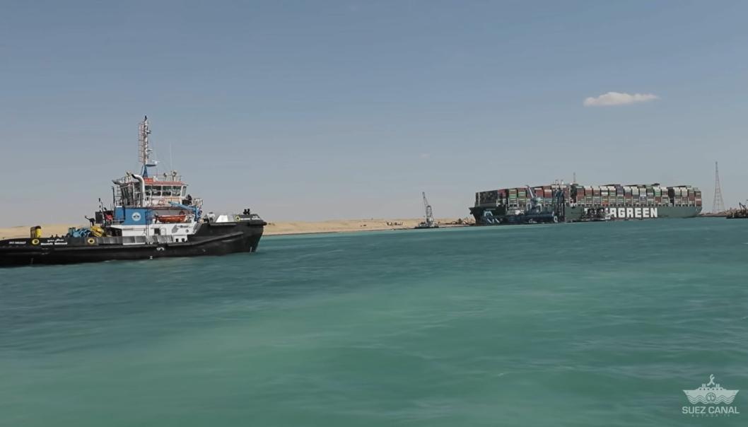 Det jobbes mandag intenst med å få løs Ever Given og dermed få gjenåpnet Suezkanalen.