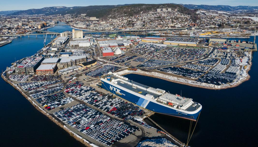 Hektisk bilimport fører til at det blir plassproblemer i Drammen havn for tiden.