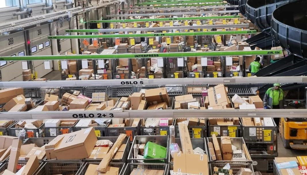 Det er travelt som i julestria på Posten og Brings logistikksenter i Oslo.