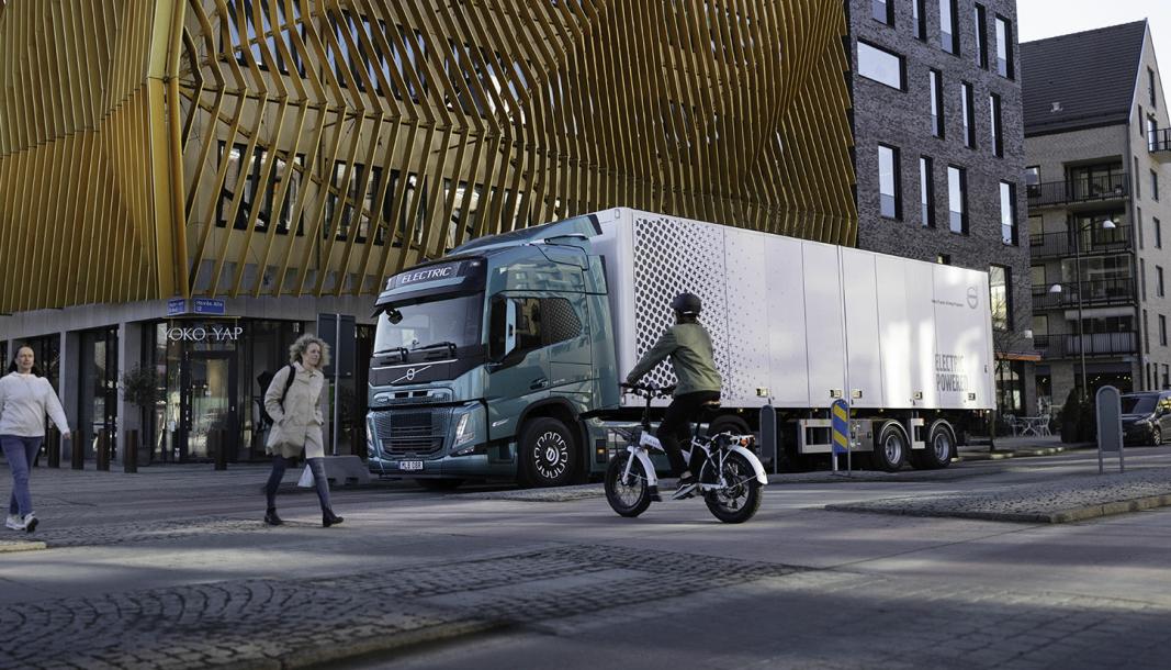 Det er slutt på den tiden da elektriske biler og lastebiler var for spesielt interesserte. Nå er elektrisk transport «mainstream», mener Volvo.