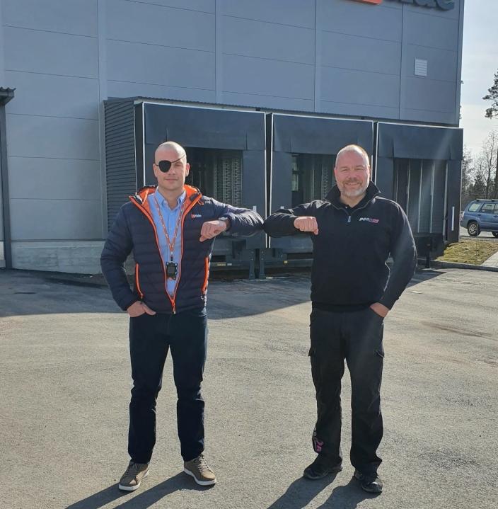 Eier av iTide, Fredrik Voldstad (til venstre) og daglig leder i DørDør AS, Paul Olav Raade forsegler avtalen med en albue.