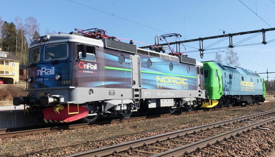 To av Onrails nye lokomotiver som skal trekke gods Raumabanen. Foran elektriske Rc4, mens bak står dieselloket TMe som skal trafikkere opp og ned Romsdalen.