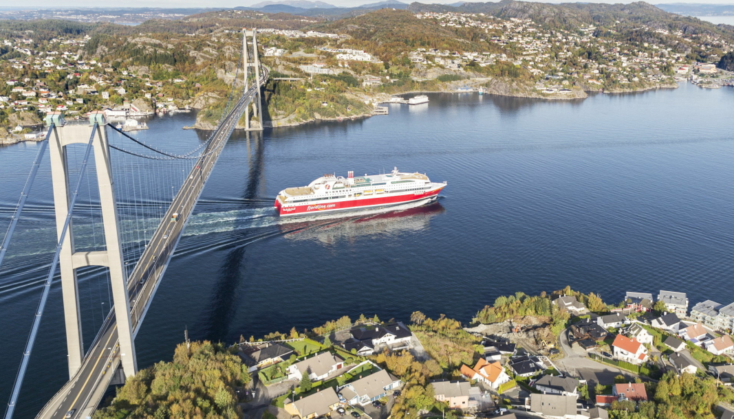 MS Bergensfjord på vei under Askøybroen. Nå blir det igjen mulig å sende trailere sjøveien mellom Bergen og Stavanger med Fjord Line.