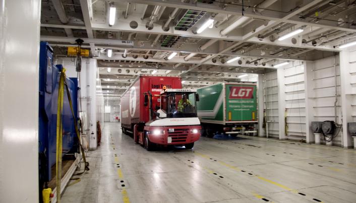 Fjord Line starter opp igjen med daglige ruter fra Bergen til Stavanger og Hirtshals fra 1. mai. foreløpig blir det først og fremst førerløse traller om bord. Her fra lossing i Bergen.