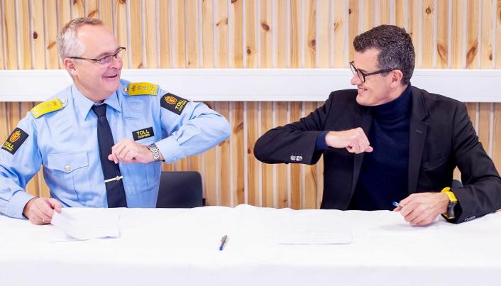 SAMARBEID: Signering av samarbeidsavtale mellom Tolletaten og Universitetet i Stavanger i fjor høst. Fra venstre: Tolldirektør Øystein Børmer og rektor ved UiS Klaus Mohn.
