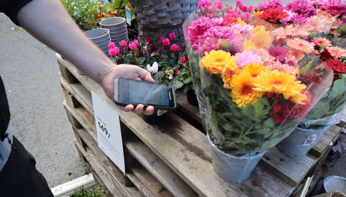 Varene scannes med mobiltelefon, og betales via Vipps.