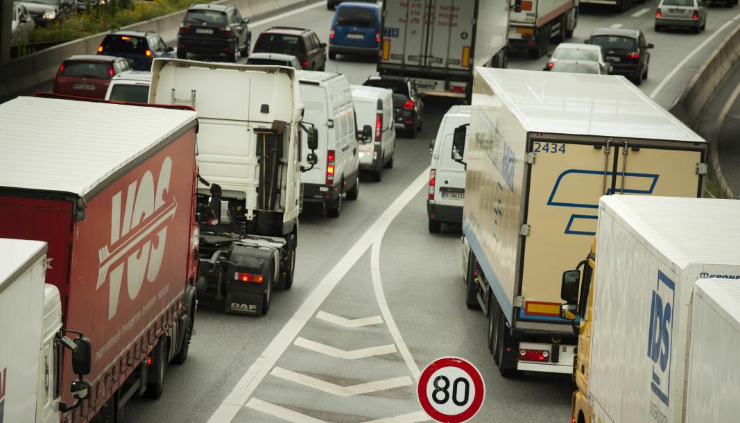 Regjerinegn gjør ikke nok for å flytte gods fra vei til sjø og bane, mener artikkelforfatterne.