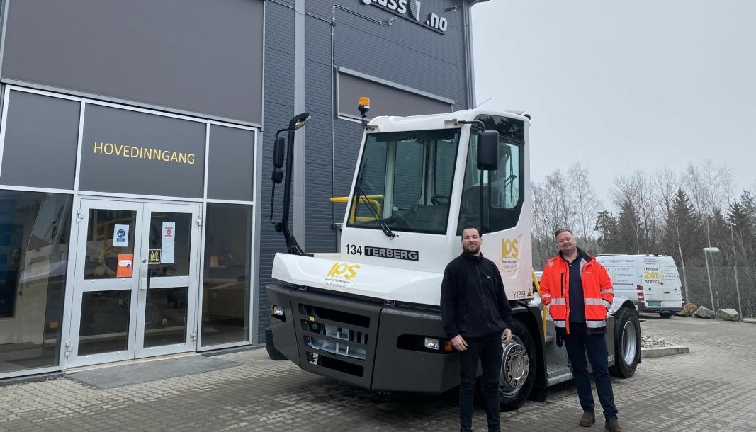 Nils Gjeitnes, avdelingsleder for service og rangering ved IPS-gruppen og salgs- og markedssjef Geirmund Rundhaug fra N.C. Nielsen AS foran Terberg YT223 terminaltraktoren.