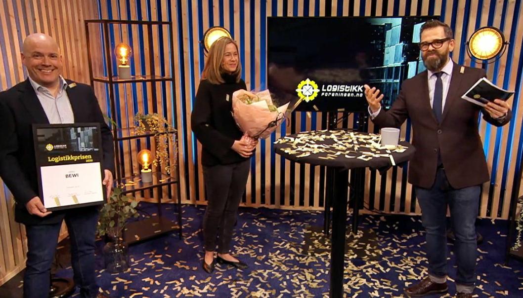Prisen ble overrakt av konferansier Klaus Sonstad til innkjøp- og logistikksjef Jan Erik Tronesog direktør for bærekraft Camilla Bjerkli.