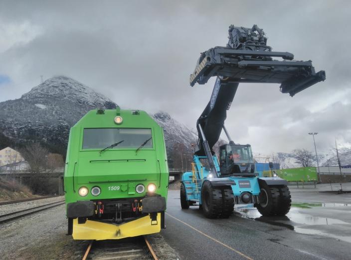 HARDWARE: Onrail har investert i både lokomotiver og løfteutstyr. Her dieselloket som går mellom Dombås og Åndalsnes og en flunkende ny reachstacker fra Konecranes.
