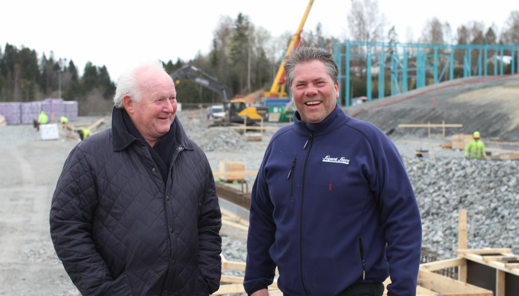 Administrerende direktør Geir Mellum (t.h), i Sigurd Stave Maskin AS, gleder seg til å få nye lokaler. Til venstre Sigurd Stave.