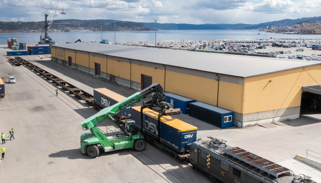 Det er kort vei fra Norgips-fabrikken (som kan skimtes bak til høyre på bildet) og til Drammen havn der containerne med ferdige produkter nå lastes over på jernbane for videre transport.
