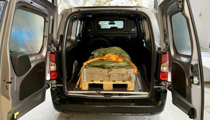 LAST: Lasterommet er praktisk og enkelt å sikre lasten i, men kun 580 kilo nyttelast viste vår utregning etter å ha veid bilen.