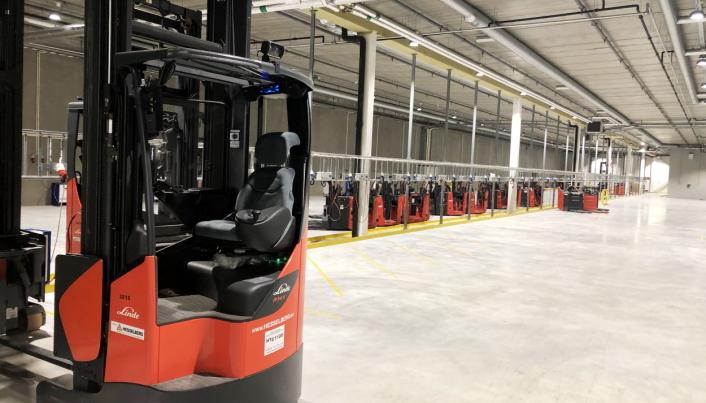 STOR KUNDE: Europris er blant Hesselberg Trucks største kunder, og inne på billigkjedens gigantiske lager i Moss, kryr det av Linde-trucker av alle typer.