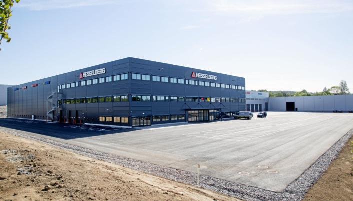 HOVEDKVARTERET: Etter mange år ganske trangbodd på Ulven i Oslo, flyttet Hesselberg Truck og Hesselberg Maskin til store nye lokaler på Lindeberg , omtrent halvveis til Gardermoen. Covid-19 har imidlertid gjort at fordelene ved bygget hark unnet utnyttes fullt ut, og kontordelen har vært ganske folketom.