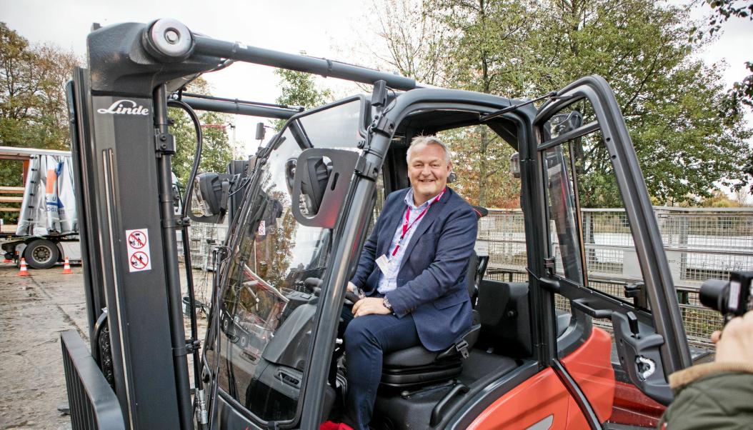 GLAD SJEF: Per Erik Pedersen har solgt trucker siden tidlig på 1990-tallet, og siden 2012 i Hesselberg Truck. Her på en motvektstruck under en lansering i Berlin, men det er først og fremst kompetanse på lagertrucker Pedersen har tatt med seg inn i Hesselberg.