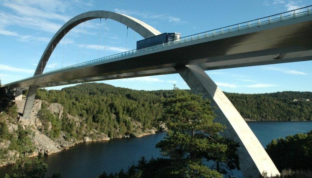 Den kjente E6-brua på Svinesund er det fremste symbolet på grensen mellom Norge og Sverige. Det samme er bompengeinnkreving. Innkrevingen er nå avsluttet.