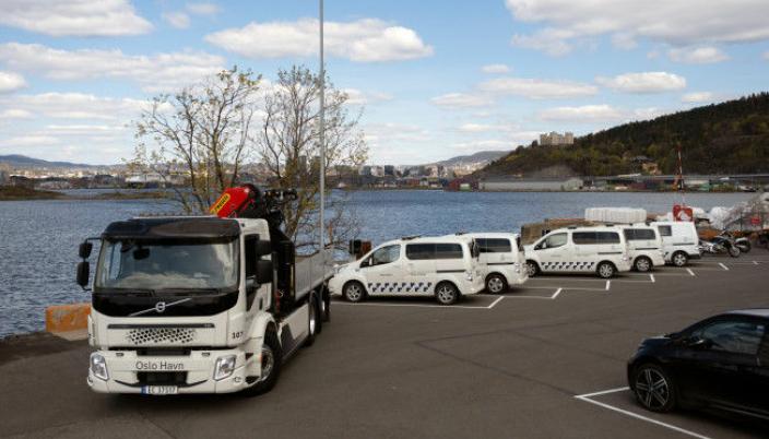 Etter planen skal hele bilparken til Oslo Havn bli elektrisk. Til venstre den nye elektriske Volvo-en.