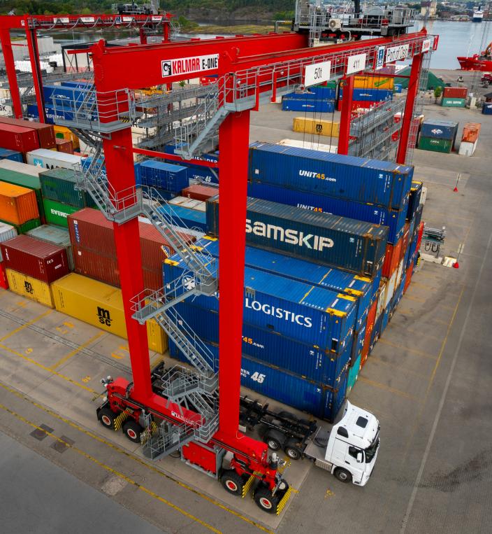 Stablekranene er såkalte RTG-kraner (Rubber Tyre Gantry Cranes), som håndterer containere å land. Her en av de 8 som i dag i drift på Sjursøya.
