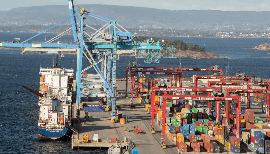 Flere stablekraner gjør at containerterminalen kan håndtere flere containere.