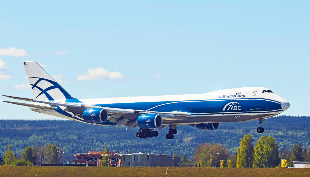 AirBridgeCargo er blant aktørene som frakter fersk norsk fisk raskt ut i verden fra Gardermoen. Her går deres Boeing 747-8F innf or landing på Gardermoen Oslo Lufthavn.