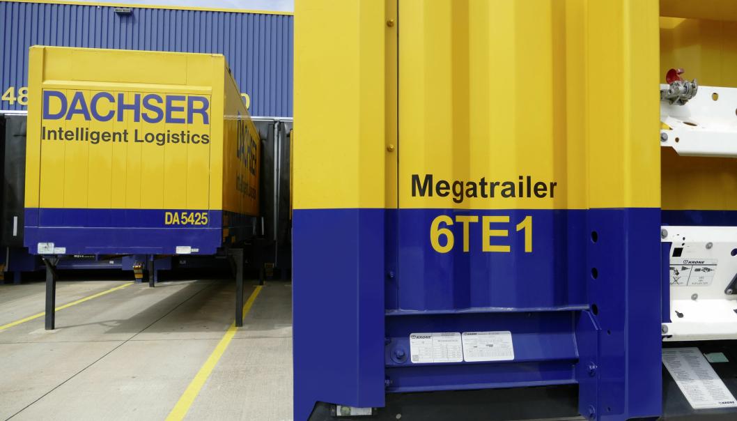 Megatrailer. Blåfargen viser at denne semitraileren har lavere gulv og dermed høyere lasterom enn for eksempel containeren til venstre. Foto: Dachser