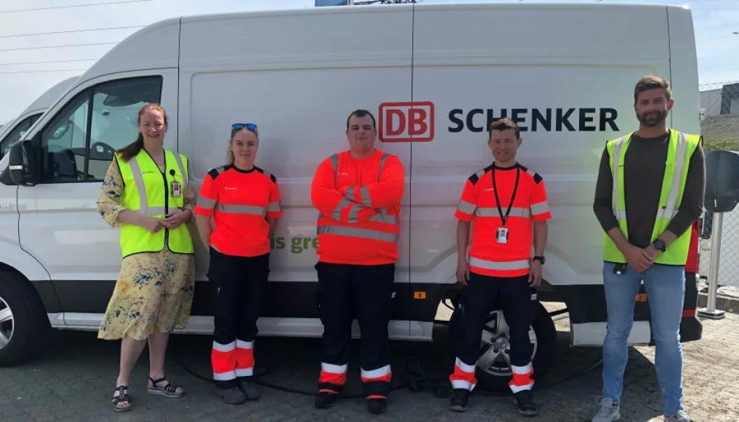 Stolte Schenker-ansatte ved terminalen i Sandnes med en av de nye el-varebilene. Fra venstre Hege Eide, Silje Sande, Pawel Jebrzyki, Håvad Svihus, og Frode Svendsen.