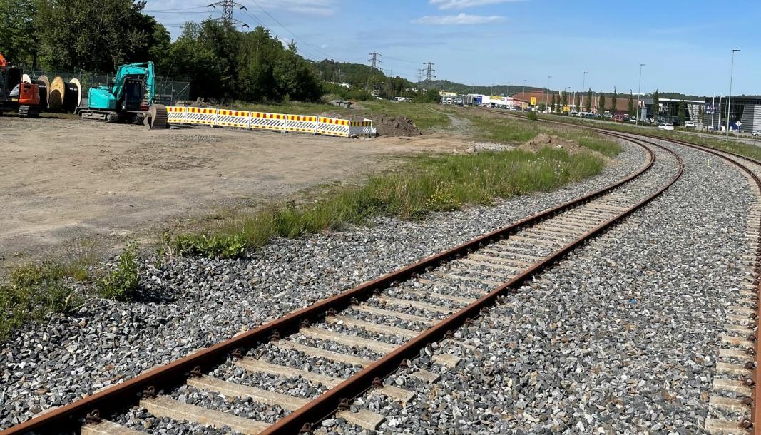 Jernbaneskinnene på Sikta-tomta ligger i dag ubrukt.
