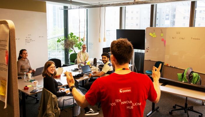 KREATIVT MILJØ: Sven Richard Magerøy Tønnessen, head of emerging technolgies, forklarer engasjert for Nora Svarverud Aasen (fra venstre), Helena Sylejmani, Asbjørn Rake og Wasif Jalal.