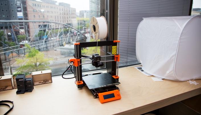 TEGNER FREMTIDEN: En liten 3D-printer er et selvsagt innslag på Innovasjonshuben.