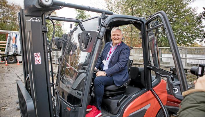 Administrerende direktør Per Erik Pedersen hos Hesselberg Truck gleder seg til å tilby kundene elektriske motvektstrucker som har minst like god kapasitet som de med forbrenningsmotor. Her sitter han på sistnevnte da den ble lansert i Berlin i 2019.
