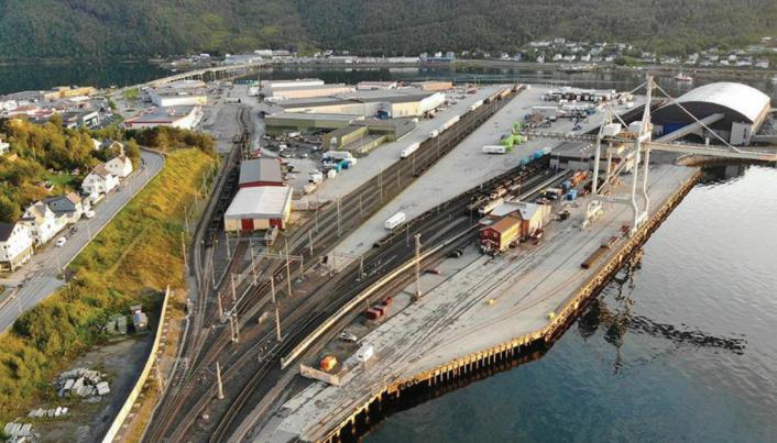Hit til godsterminalen i Narvik har Coop Faghandel sendt sine containere med tog, men nå fases containerne over på lastebil grunnet mye forsinkelser på jernbanen.
