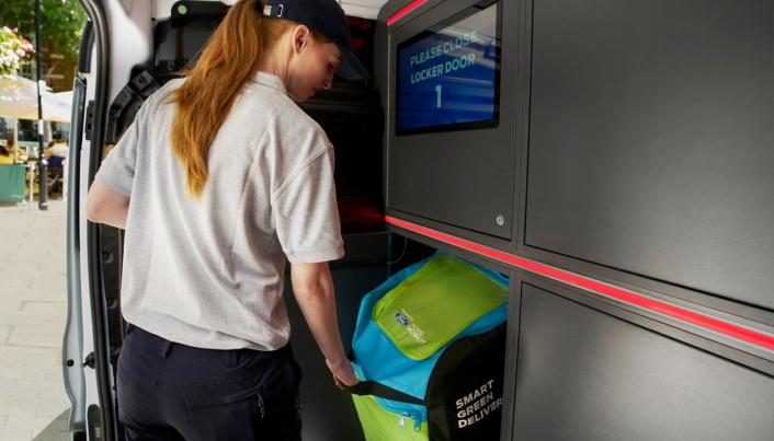 Budet låser opp skapet i varebilen digitalt og henter det som skal leveres.