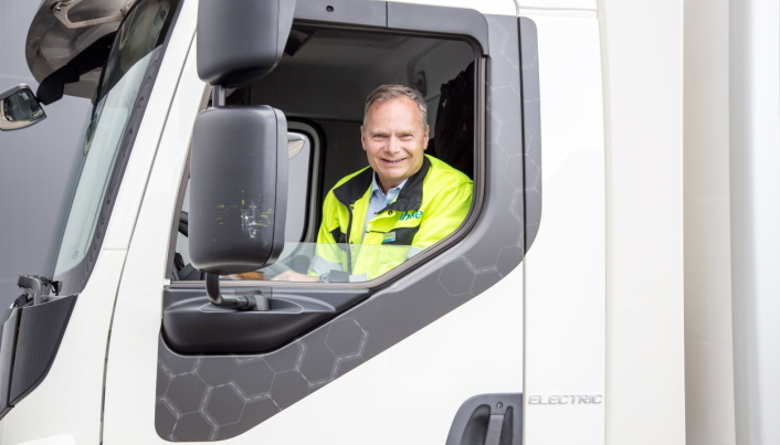STORE VOLUMER: Odd Hannestad, logistikkdirektør i Ahlsell, forteller at selskapet sender mellom 60 og 70 semitrailere daglig fra sentrallageret ved Gardermoen.