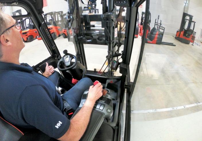 KOMFORT: Begge truckene er utstyrt med et behagelig armlene, med god tilgang til spakene. Bryterne nedenfor spakene er programerbare.